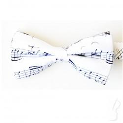 Biała mucha z wzorem muzycznym